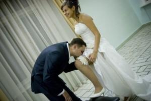 Подвязка невесты и как ее правильно снимать