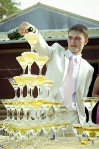 Кому можно доверить собрать горку из шампанского на свадьбе?