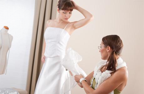 Как правило, невестам приходится ездить на примерку свадебного платья на заказ до шести раз. Во время примерок свадебное платье может постепенно изменяться