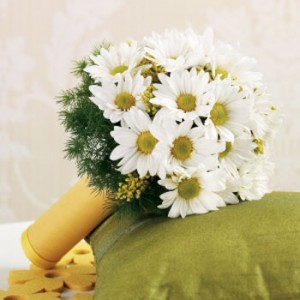 Свадебный букет невесты из ромашек может быть очень красивым