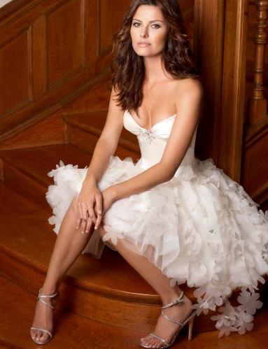 В последние годы короткие свадебные платья стали особенно популярными. Даже в холодное время года креативные и решительные девушки выбирают именно их