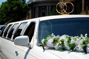 Что лучше: свадебные украшения на машину купить или сделать своими руками
