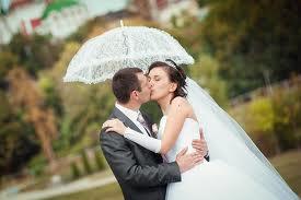 Свадебный зонт для прогулки молодоженов