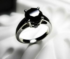 Обручальные кольца с черными бриллиантами - прекрасный вариант для невесты