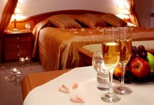 Как украсить спальню в романтическом стиле  свечами, цветами или воздушными шарами