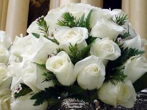 Белая роза в букете для любимой