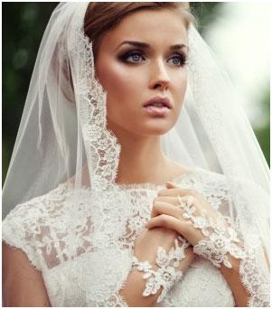 Круглая форма фаты состоит из одного слоя ткани, накидывается поверх прически невесты и закрепляется обыкновенными шпильками