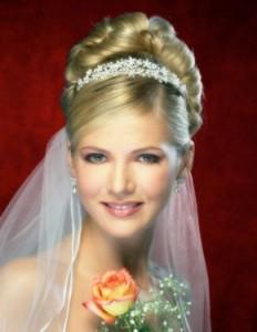 Диадема невесты - то, что делает свадебный наряд романтичнее