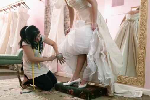 купить готовое свадебное платье в салоне или же заказать пошив в ателье? Для того, чтобы определиться в выбором, следует разобрать все плюсы и минусы по