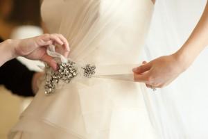 Украшаем свадебное платье свадебным поясом