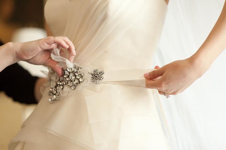Как украсить стразами пояс на платье