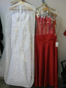 Свадебный наряд после чистки лучше всего хванить в чехле для платья