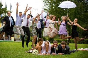 Свадебная прогулка молодых: развлечение гостей