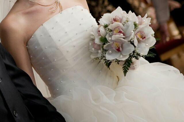 Обратите внимание на декор и материал, из которого изготовлено платье. В этом вопросе очень большое значение имеет так называемая техническая