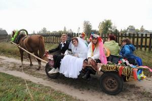 жених и невеста на телеге