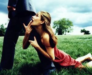 девушка цепляется за парня