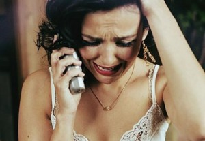 плачущая женщина с телефоном