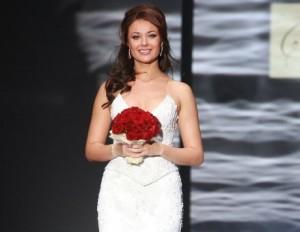 невеста с красными цветами