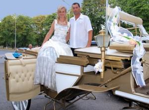 жениз и невеста в карете
