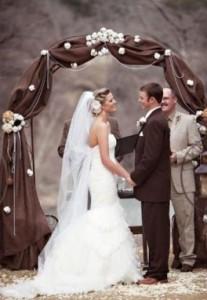 Необычное оформление свадебной арки для выездной свадебной церемонии
