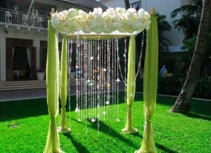 Необычное оформление свадебной арки при помощи хрусталя