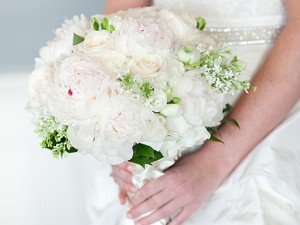 букет из белых роз по знаку зодиака козерога для невесты