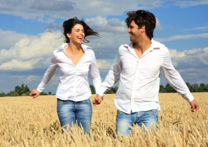 женщина и мужчина в поле