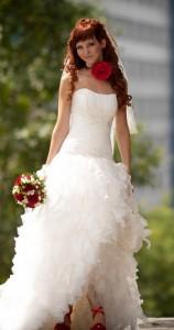 невеста с красными аксессуарами