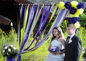 арка с лентами и цветами
