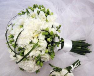 белые гвоздики на свадьбу