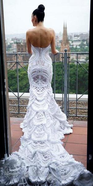 Если Вы хотите сэкономить на свадебном платье, то вязаное, да ещё и на заказ, увы, не для вас. Такая работа априори не может стоить дёшево