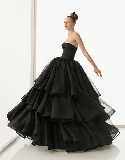 Да, мы согласны, чёрное свадебное платье - это очень неожиданно и даже эпатажно, но, в то же время очень красиво и изысканно. Давайте обратимся к трактовке