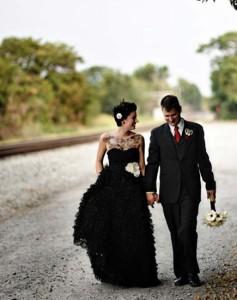 жених и невеста в чёрных нарядах