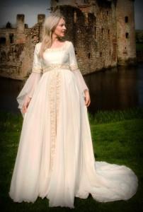 невеста в средневековом свадебном платье