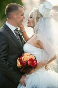 жених и невеста в шляпке