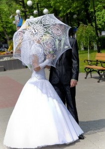 жених и невеста с зонтиком