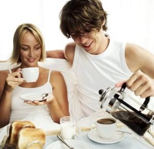 муж и жена завтракают