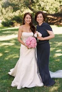 свадебный наряд для мамы невесты: что лучше выбрать: костюм или платье?