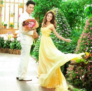 жених и невеста в жёлтом платье