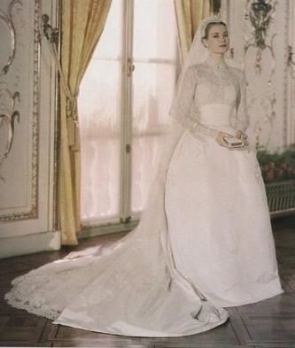 Итак, представляем Вашему вниманию шелковое свадебное платье Грейс Келли, которое в далёком 1956 году стоило около 8000 долларов, а в пересчёте на наше