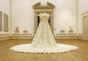 свадебное платье из резиновых перчаток