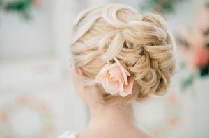 причёска с розой