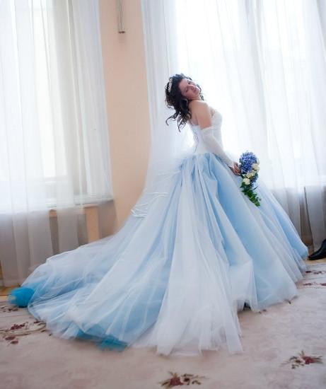 Свадебное белое платье с голубым