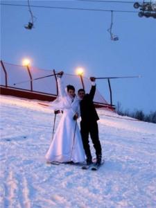 жених и невеста на лыжах