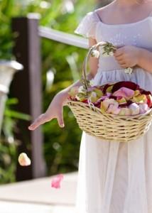 лепестки цветов на свадьбе