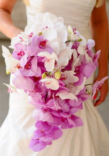 наше время для создания свадебного букета доступны самые разнообразные цветы (и не только цветы), в руках красавиц-невест чаще всего можно увидеть розы