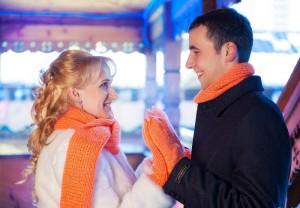 жених и невеста в шарфах и варежках