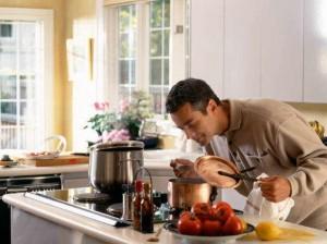 муж готовит