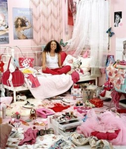 бардак у девушки в комнате