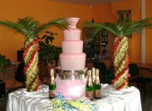 розовый шоколадный фонтан